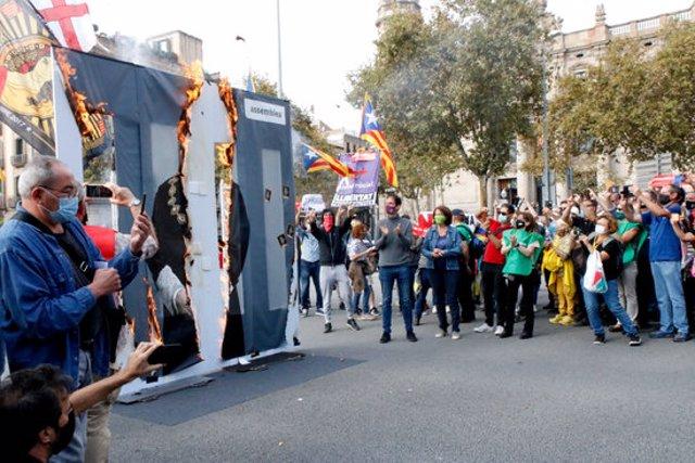 Una foto gegant del rei Felip VI crema en una acció promoguda per l'ANC i iniciada per la presidenta Elisenda Paluzie el 9/10/2020 (horitzontal)