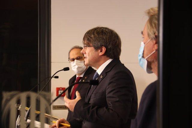 Pla obert dels expresidents de la Generalitat, Artur Mas, Carles Puigdemont i Quim Torra, en una roda de premsa a Perpinyà el 9 d'octubre de 2020 (Horitzontal)