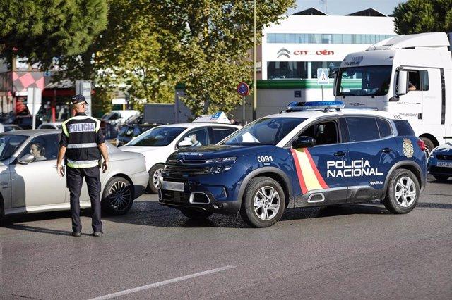 Un agente de la Policía Nacional durante un control durante la pandemia de COVID