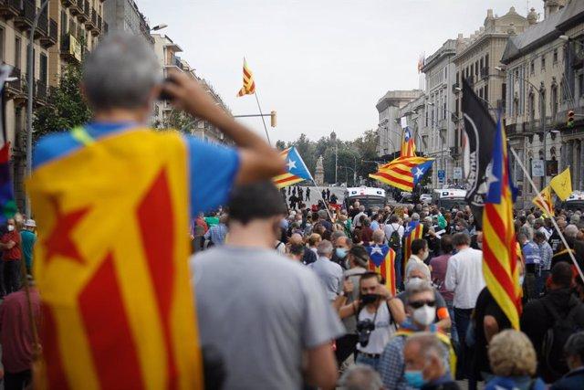 Manifestants independentistes davant l'estació de França en protesta per la visita del rei. Barcelona, Catalunya (Espanya), 9 d'octubre del 2020.