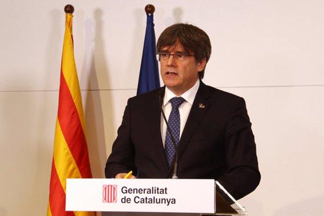 Pla tancat de l'expresident de la Generalitat, Carles Puigdemont, durant la seva intervenció en una compareixença a la Casa de la Generalitat a Perpinyà el 9 d'octubre de 2020 (Horitzontal)