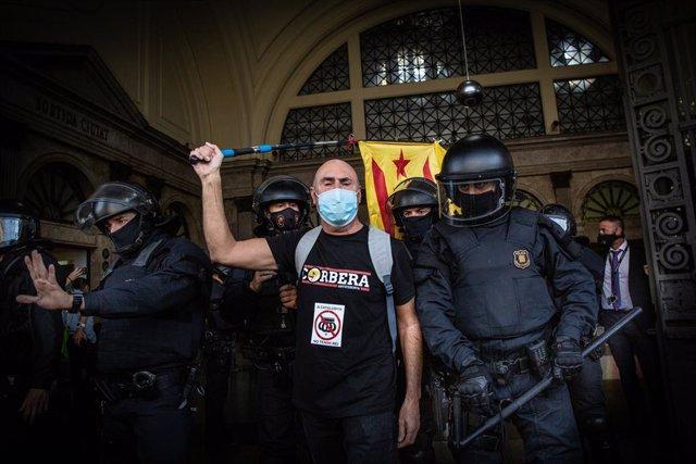 Un home a la porta de l'estació de França, on un centenar de persones ha irromput quan ha acabat el lliurament de premis de la BNEW. Barcelona, Catalunya (Espanya), 9 d'octubre del 2020.