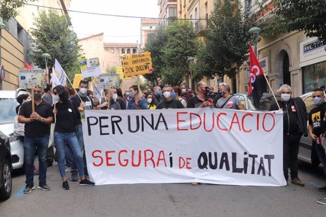 Pla general de la capçalera de la concentració davant els serveis territorials d'Educació a Tarragona, en motiu de la vaga convocada per CGT i ASPEPC-SPS. Foto del 9 d'octubre del 2020 (horitzontal).