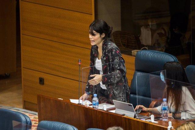 La portavoz de Unidas Podemos en la Asamblea de Madrid, Isa Serra, interviene en una sesión plenaria en la Asamblea de Madrid (España), a 8 de octubre de 2020. Este pleno está marcado, entre otras cuestiones, por el debate de la reprobación de la gestión