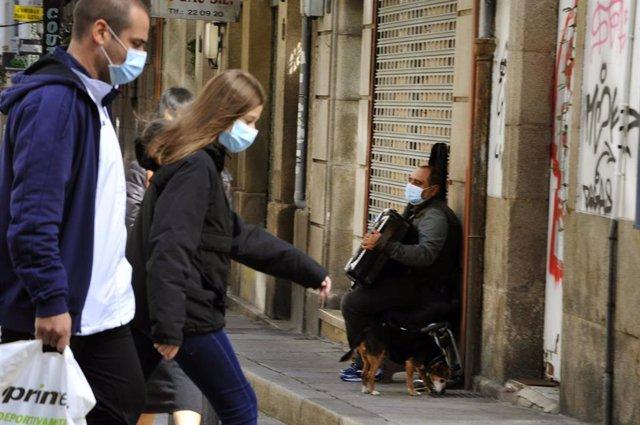 Vecinos de Ourense caminan por una de las calles del barrio de O Couto el mismo día en el que han prohibido las reuniones entre no convivientes ante el aumento de contagios de Covid-19. En Ourense, Galicia, (España), a 3 de octubre. Esta medida, impuesta