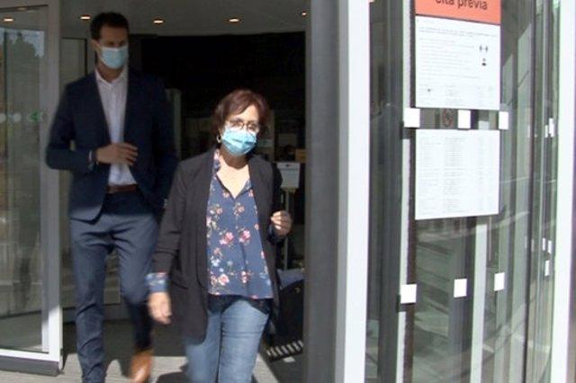 Pla mig de la directora de la residència Sant Josep de Lleida, sortint del jutjat després de declarar per la mort de residents per covid-19. Imatge del 9 d'octubre de 2020. (Horitzontal)