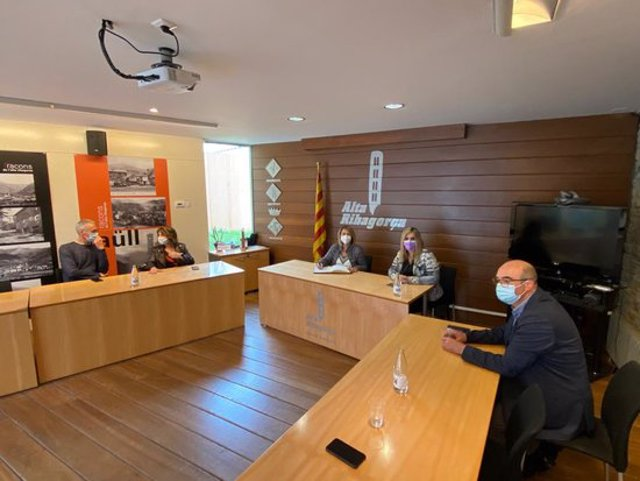 Pla general de la reunió de la vicepresidenta, Rosa Pujol, amb la presidenta del Consell de l'Alta Ribagorça, Maria José Erta, i l'alcalde del Pont de Suert, José Antonio Troguet, a la seu del Consell Comarcal el 9 d'octubre del 2020. (horitzontal)