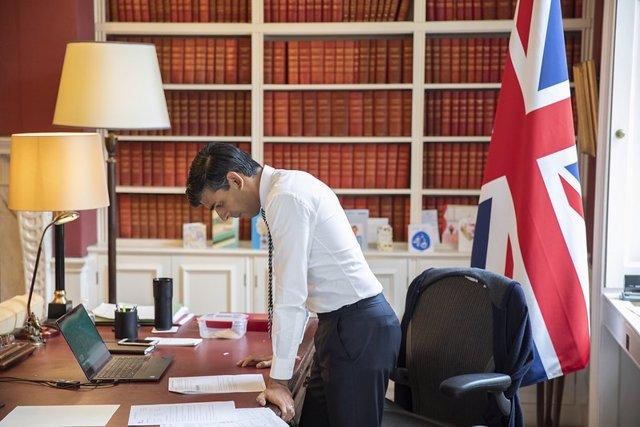 Coronavirus.- Reino Unido extiende sus ERTE para las empresas obligadas a cerrar