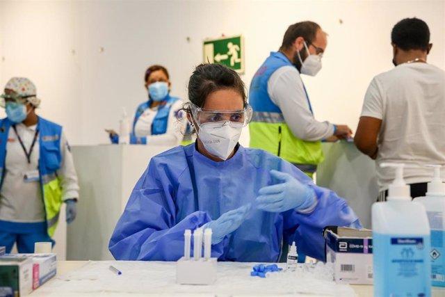 Una sanitaria trabaja en la realización de test de antígenos, en el Centro Cultural Lope de Vega