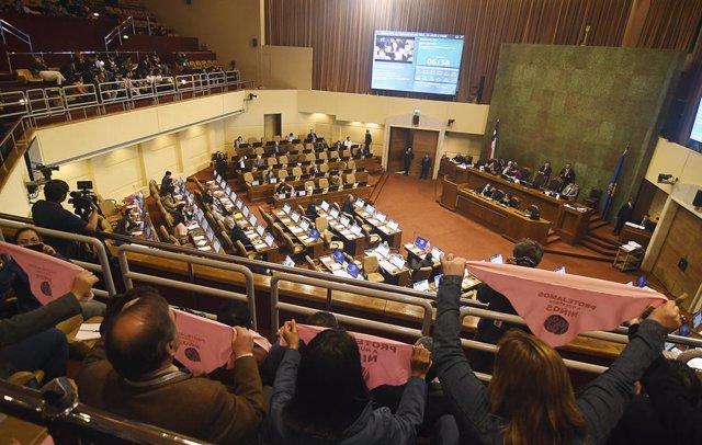 Chile.- Diputados opositores presentan una acusación constitucional contra el mi