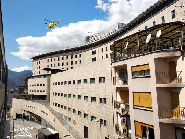 Un helicòpter desenganxa des de l'Hospital Nostra Senyora de Meritxell, a Andorra