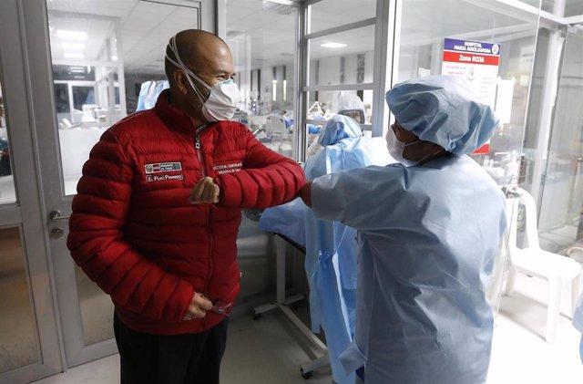 El Ministro de Salud peruano, Víctor Zamora Mesía, saluda con el codo a un trabajador cuando visita el hospital María Auxiliadora para supervisar la atención de los pacientes durante la pandemia del Coronavirus (Covid-19).