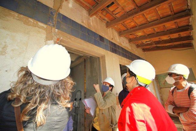 Pla mitjà de la visita d'obres que s'ha fet a la finca 'Can Mañach' de Blanes per part dels tècnics aquest divendres 9 d'octubre de 2020. (Horitzontal)