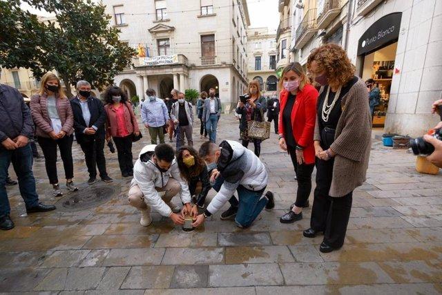 La consellera de Justícia, Ester Capella, i l'alcaldessa de Figueres (Girona), Agnès Lladó, en un acte de col·locació de llambordes commemoratives a Figueres.