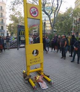 Vox denuncia a los CDR que guillotinaron una fotografía del Rey Felipe VI por de