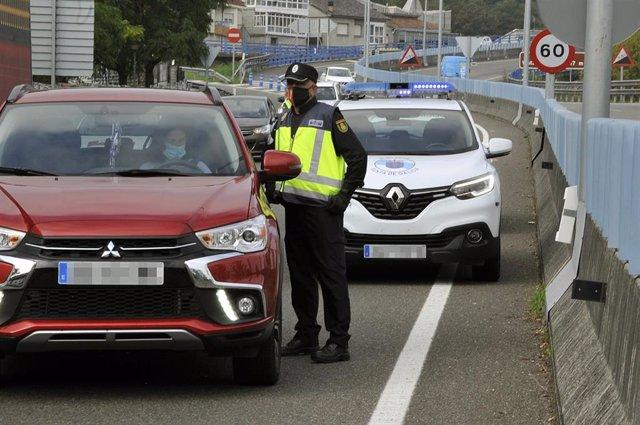 Un agente de la Policía Autonómica de Galicia en un control policial en la entrada a la ciudad de Ourense durante el primer día de su confinamiento debido al incremento de casos de Covid-19, en Ourense, Galicia (España) a 8 de octubre de 2020.