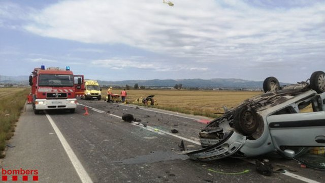 Pla general dels bombers i d'un dels vehicles accidentats en un xoc frontal a la T-340 al terme municipal de Deltebre (Baix Ebre). Imatge del 10 d'octubre del 2020 (Horitzontal).