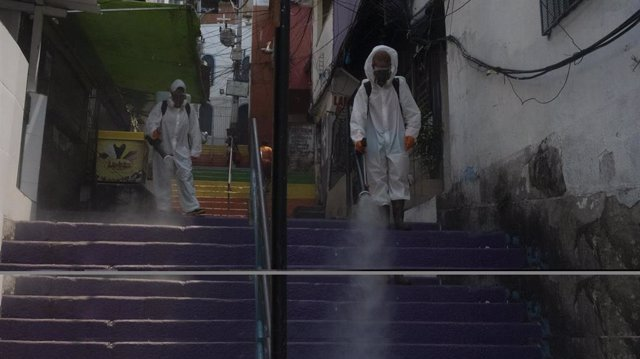 Labores de desinfección en una favela del barrio carioca de Botafogo en el marco de la crisis de la pandemia del nuevo coronavirus.