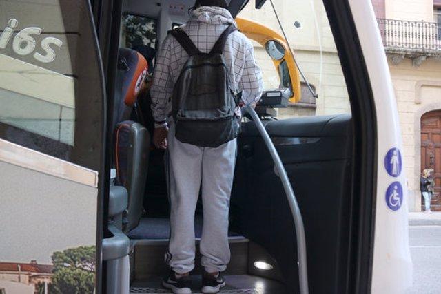 Pla curt d'un jove comprant un tiquet en un autobús de línia regular aquest divendres 9 d'octubre de 2020 a la Bisbal d'Empordà. (Horitzontal)