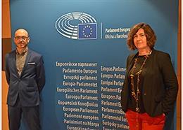 El cap de l'Oficina del Parlament Europeu a Barcelona, Sergi Barrera, i la directora de la Fundació Casa Amèrica Catalunya, Marta Nin, signen un acord de col·laboració entre les entitats.
