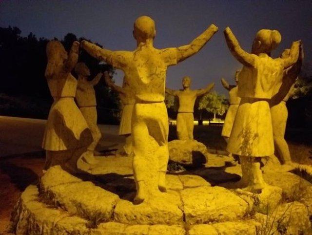 Pla obert del monument a la Sardana ubicat a Montjuïc, on es veu les figures amb els braços amputats. Imatge cedida l'11 d'octubre del 2020 (Horitzontal)