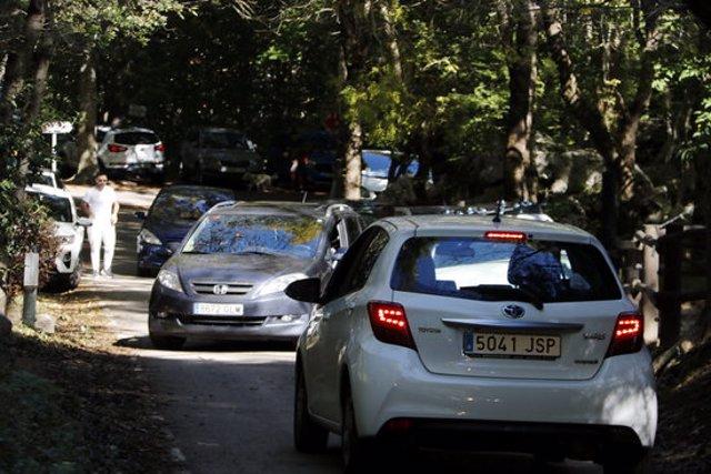 Pla general de dos cotxes de cara. Imatge de l'11 d'octubre del 2020. (Horitzontal)
