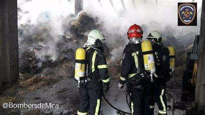 Bomberos de Mallorca trabaja en la extinción de un incendio en una nave agrícola de Manacor