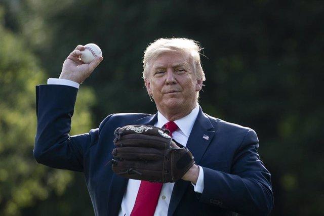 El presidente de Estados Unidos, Donald Trump, con una pelota y un guante de béisbol
