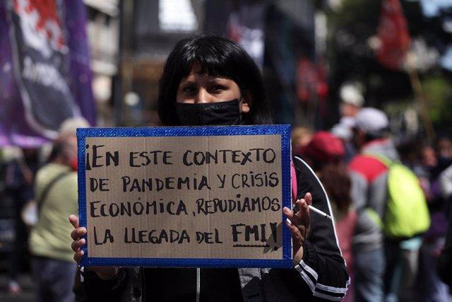Manifestación contra la presencia del Fondo Monetario Internacional (FMI) en Argentina.