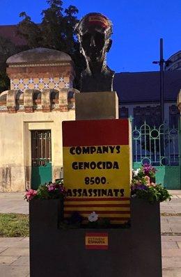 Imatge del cartell i l'adhesiu que han aparegut damunt del monument dedicat a Lluís Companys situat a la plaça de l'Escorxador de Lleida. (Vertical)