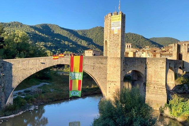 Pla general de la bandera espanyola que Vox ha desplegat al pont de Besalú el 12 d'octubre del 2020. (horitzontal)