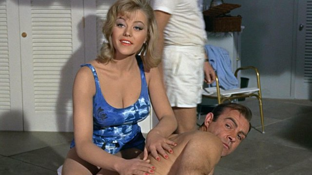 Margaret Nolan y Sean Connery en James Bond contra Goldfinger