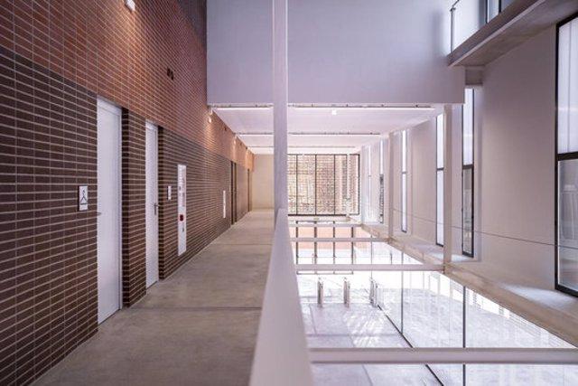 Pla general de l'interior del nou poliesportiu Camp del Ferro de Sant Andreu, a l'espai on connecten els dos nivells de l'equipament. Imatge del 12 d'octubre del 2020 (horitzontal)