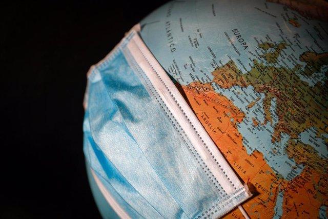 Una bola del món amb una mascareta quirúrgica, a Valdemoro (Comunitat de Madrid/Espanya) 26 de abril del 2020.