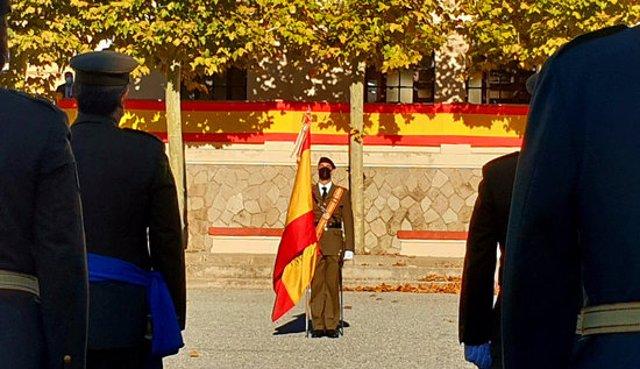 Pla general d'un militar amb la bandera d'Espanya davant d'altres soldats formant, durant la celebració del Dia de la Hispanitat a la caserna del Bruch de Barcelona. Imatge del 12 d'octubre del 2020 (horitzontal)