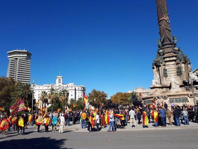 Unes 1.000 persones s'han concertat aquest dilluns al migdia amb banderes d'Espanya davant del monument de Colom a Barcelona amb motiu de la Festa Nacional del 12 d'octubre.