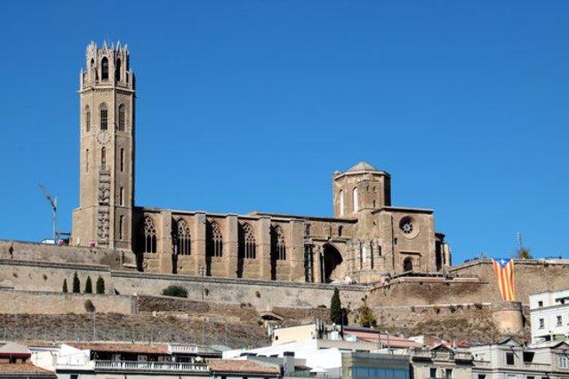 Pla general de la Seu Vella de Lleida, amb l'estelada que ha desplegat el Jovent Republicà, el 12 d'octubre del 2020. (Horitzontal)