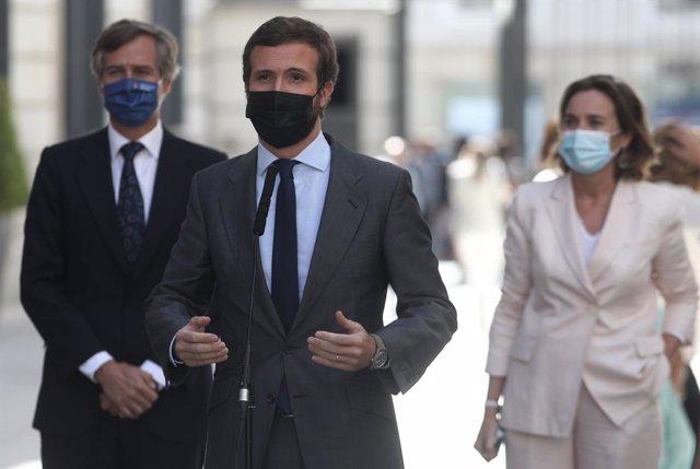 El líder del PP, Pablo Casado, respon als mitjans en els voltants del Congrés dels Diputats, a Madrid (Espanya), el 10 de setembre del 2020. La roda té lloc després que en la cambra baixa es debatés l'acord sobre el cessament al Govern