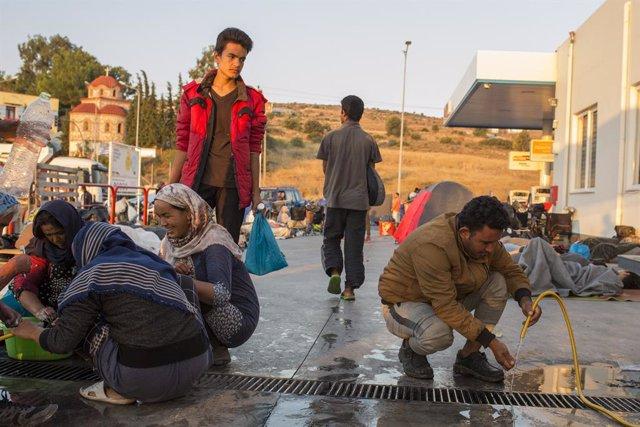 Migrants al camp de Moria abans que es destruís.