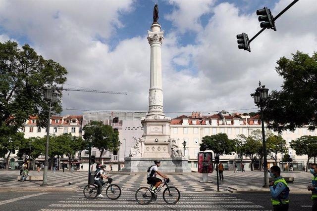 Persones amb bicicleta per Lisboa