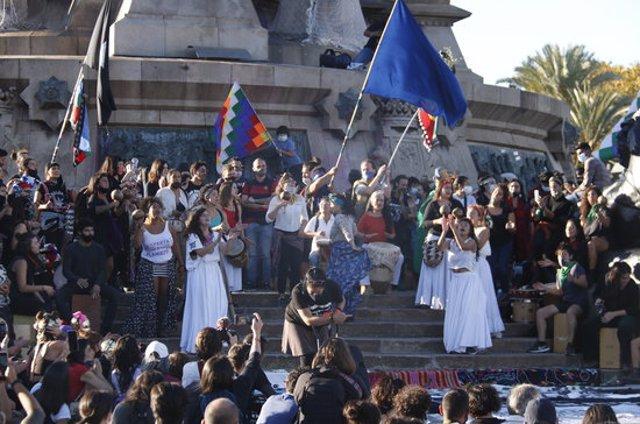 Pla general de l'espectacle de protesta contra la colonització al monument a Cristòfor Colom de Barcelona el 12 d'octubre de 2020 (Horitzontal)
