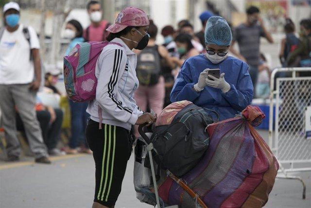 Una trabajadora sanitaria atiende a una mujer en Colombia.