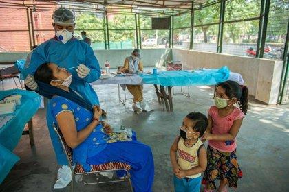 Coronavirus.- India informa de que el promedio de sus casos diarios desciende por quinta semana consecutiva