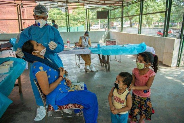 Coronavirus.- India informa de que el promedio de sus casos diarios desciende po