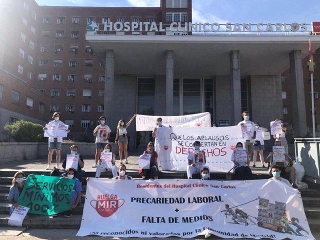 Los Médicos Internos Residentes (MIR) de la Comunidad de Madrid se concentran en el Hospital Clínico San Carlos.