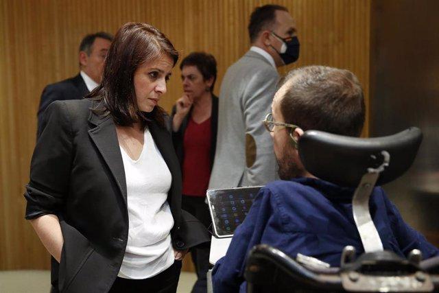 La portavoz socialista, Adriana Lastra, conversa con el portavoz de Unidas Podemos, Pablo Echenique este miércoles en la primera sesión de la Comisión del Congreso para la Reconstrucción Social y Económica. En Madrid (España) a 13 de mayo de 2020.