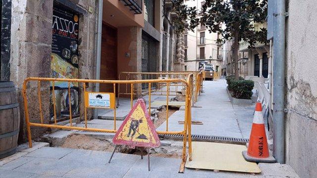 Pla general de les obres per adequar la línia elèctrica a la plaça de la Cinta de Tortosa, amb la porta de l'Olivera de la Catedral al fons. Imatge del 13 d'octubre del 2020 (horitzontal)