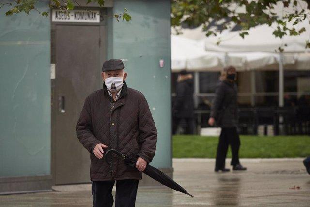 Transeúntes pasean por una calle de Pamplona protegidos con mascarilla debido a la crisis sanitaria del Covid-19, en Pamplona, Navarra, (España), a 11 de octubre de 2020.