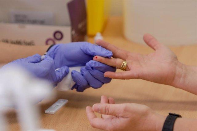 Personal sanitari realitza una prova diagnòstica (Arxiu)