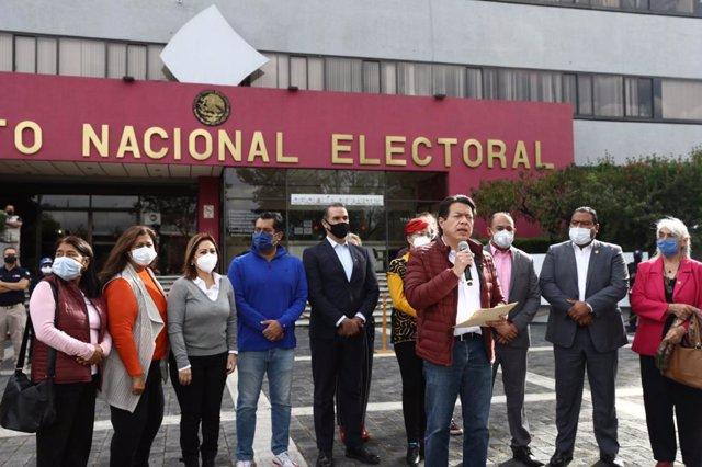Mario Delgado acude al Instituto Nacional Electoral de México